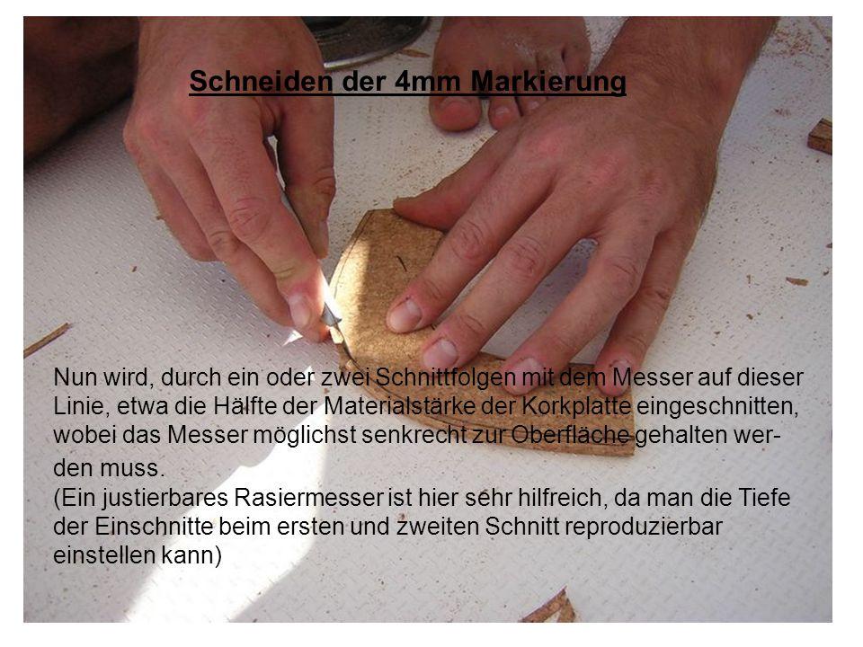 Anschliessend, um die fertige Nut zu erhalten, legt man das Werkstück flach hin, und schneidet seitlich in die Korkplatte längs der gezeichneten Markierung bis man auf den ersten Schnitt trifft und entfernt den so entstandenen Ausschnitt.