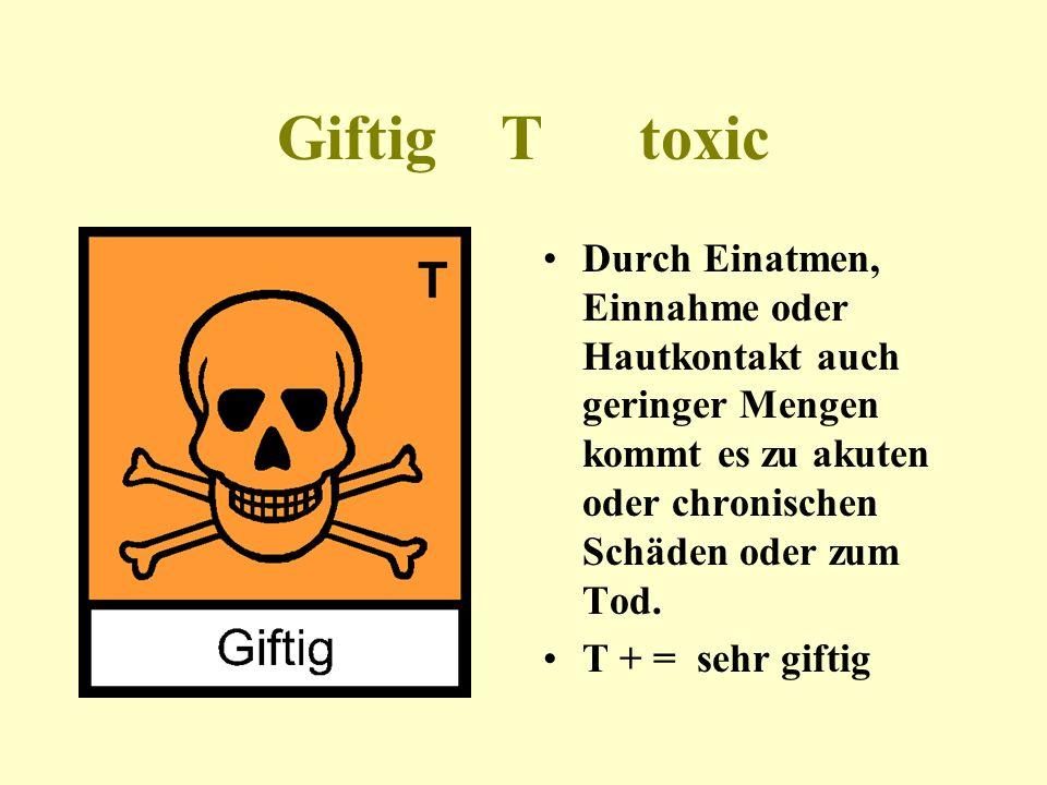Chemikalien dürfen nur in speziellen Gefäßen aufbewahrt werden, nie in Lebensmittelverpackungen.