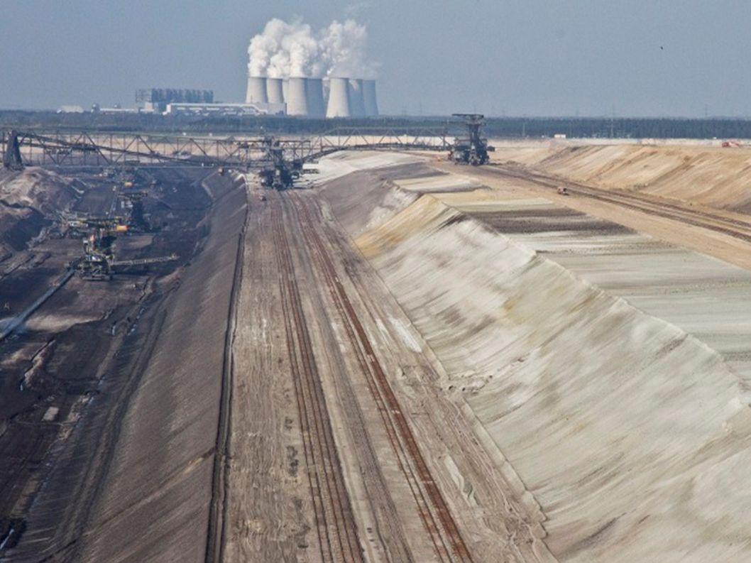 Seit über 100 Jahren wird in der Lausitz Braunkohle abgebaut In der ehemaligen DDR war der Braunkohletagebau das Rückgrat der Energieversorgung Braunkohle hat wegen des hohen Wassergehalts (ca.