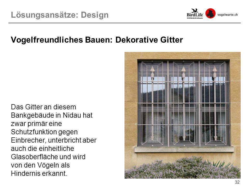 32 Das Gitter an diesem Bankgebäude in Nidau hat zwar primär eine Schutzfunktion gegen Einbrecher, unterbricht aber auch die einheitliche Glasoberfläc