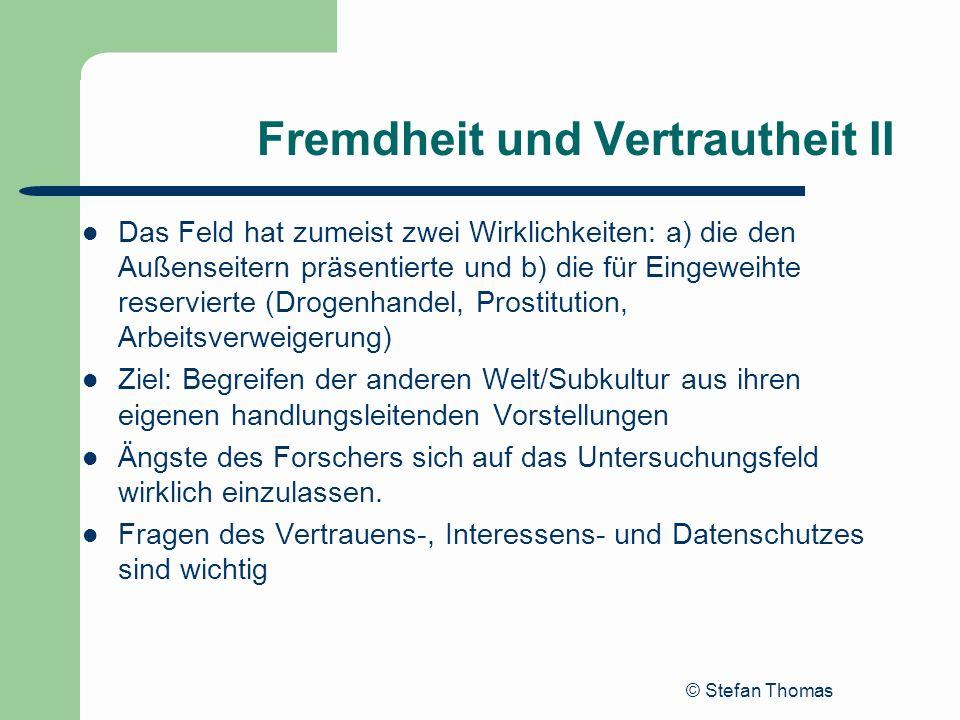 © Stefan Thomas Fremdheit und Vertrautheit II Das Feld hat zumeist zwei Wirklichkeiten: a) die den Außenseitern präsentierte und b) die für Eingeweiht
