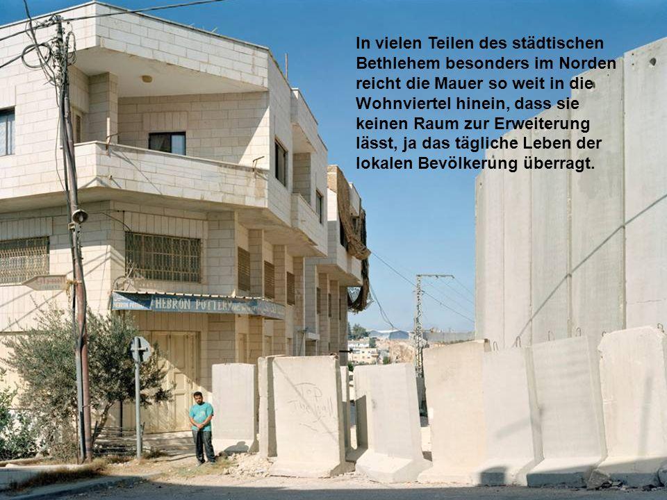 In vielen Teilen des städtischen Bethlehem besonders im Norden reicht die Mauer so weit in die Wohnviertel hinein, dass sie keinen Raum zur Erweiterun