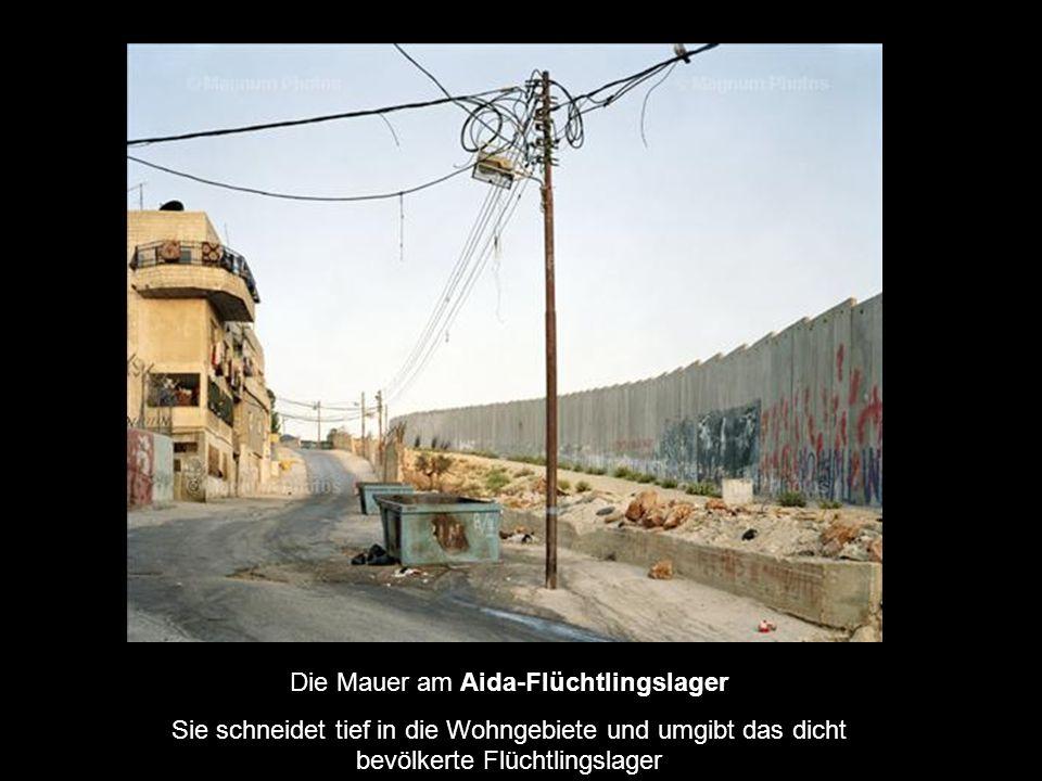 Die Mauer am Aida-Flüchtlingslager Sie schneidet tief in die Wohngebiete und umgibt das dicht bevölkerte Flüchtlingslager