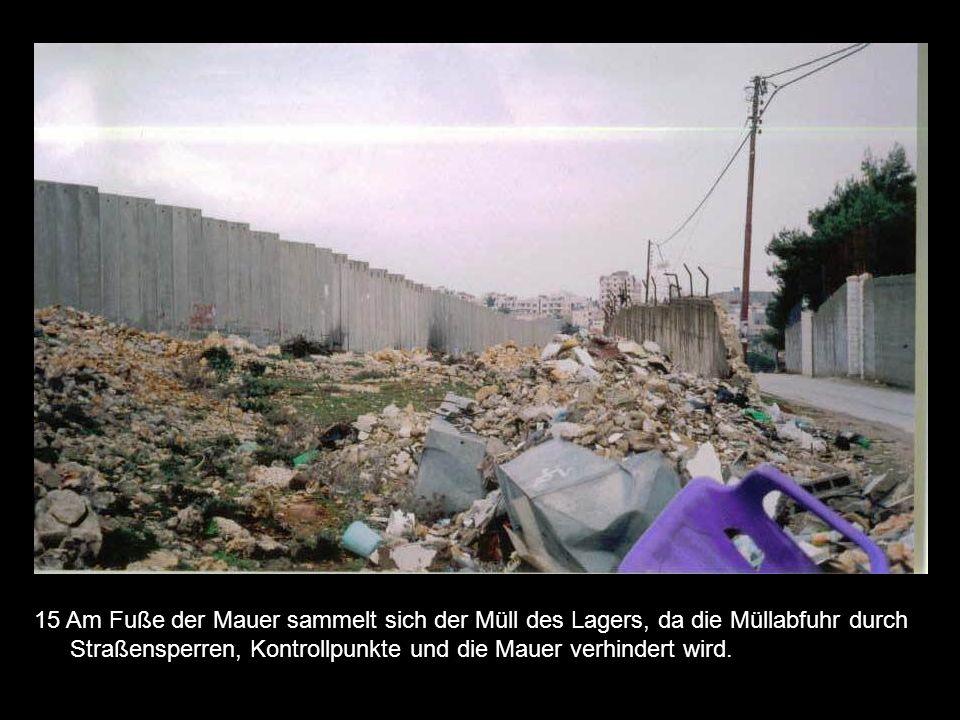 15 Am Fuße der Mauer sammelt sich der Müll des Lagers, da die Müllabfuhr durch Straßensperren, Kontrollpunkte und die Mauer verhindert wird.