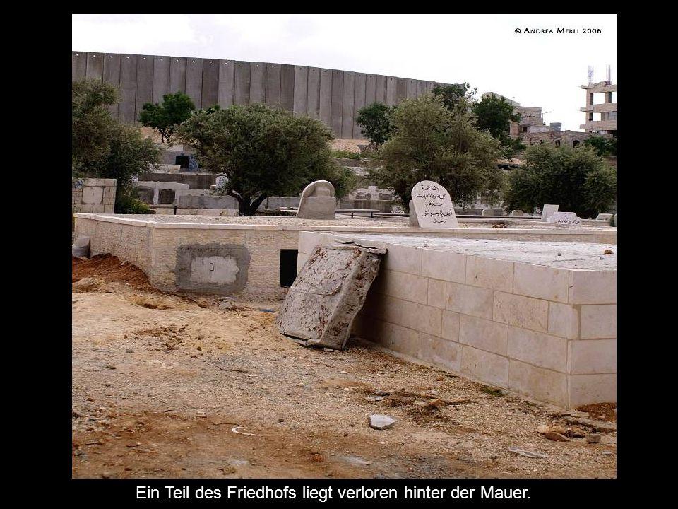 Ein Teil des Friedhofs liegt verloren hinter der Mauer.