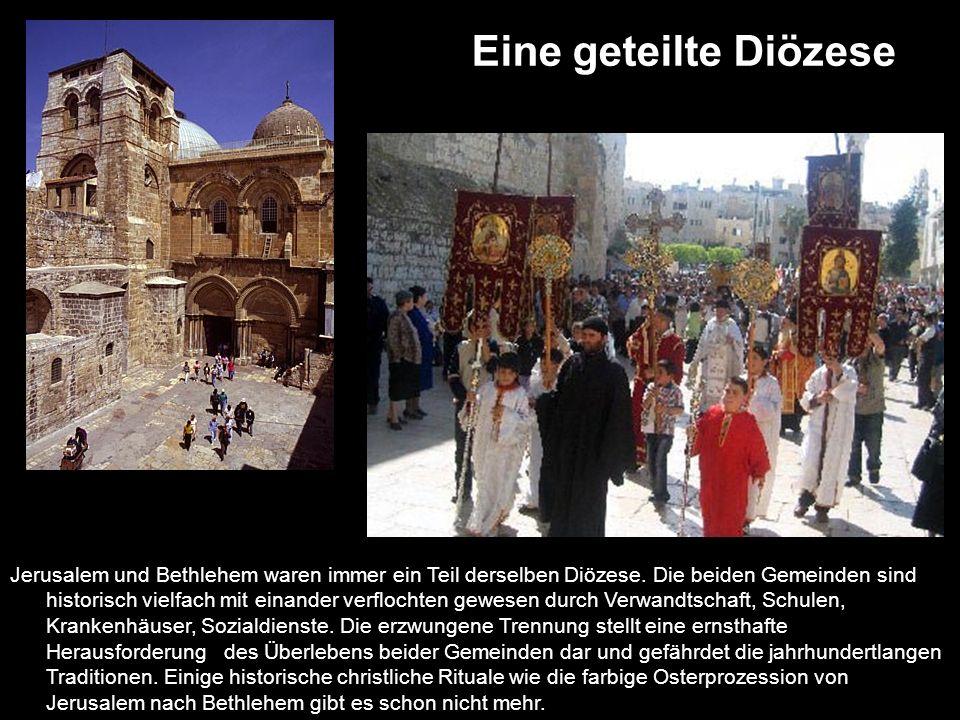 Tore und Passierscheine Auf dem Schild am Tor steht Willkommen in Jerusalem.