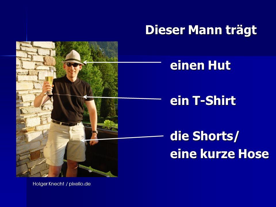 Dieser Mann trägt einen Hut einen Hut ein T-Shirt ein T-Shirt die Shorts/ die Shorts/ eine kurze Hose eine kurze Hose Holger Knecht / pixelio.de