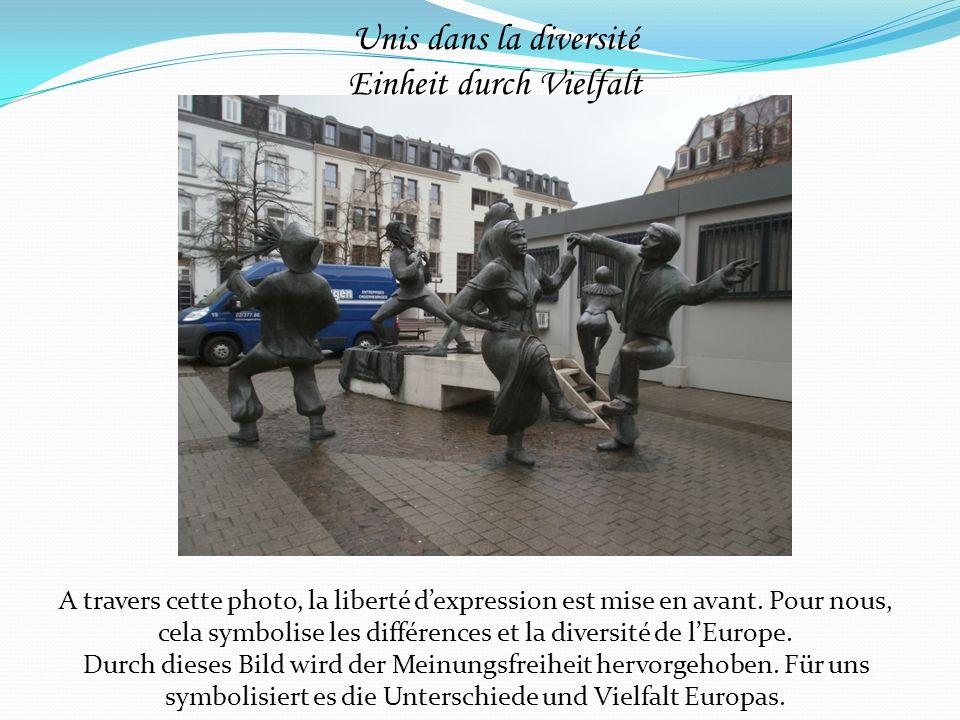 A travers cette photo, la liberté dexpression est mise en avant. Pour nous, cela symbolise les différences et la diversité de lEurope. Durch dieses Bi