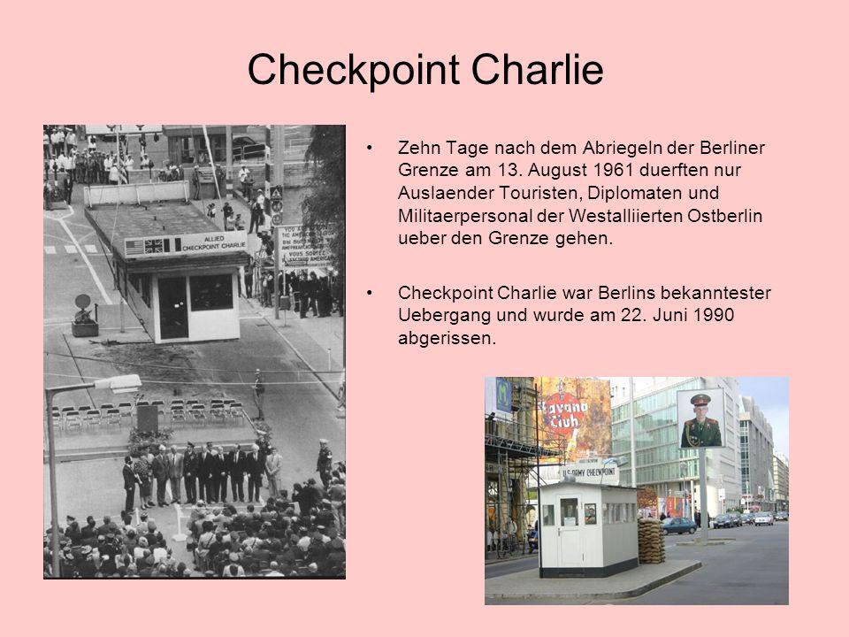 Checkpoint Charlie Zehn Tage nach dem Abriegeln der Berliner Grenze am 13.