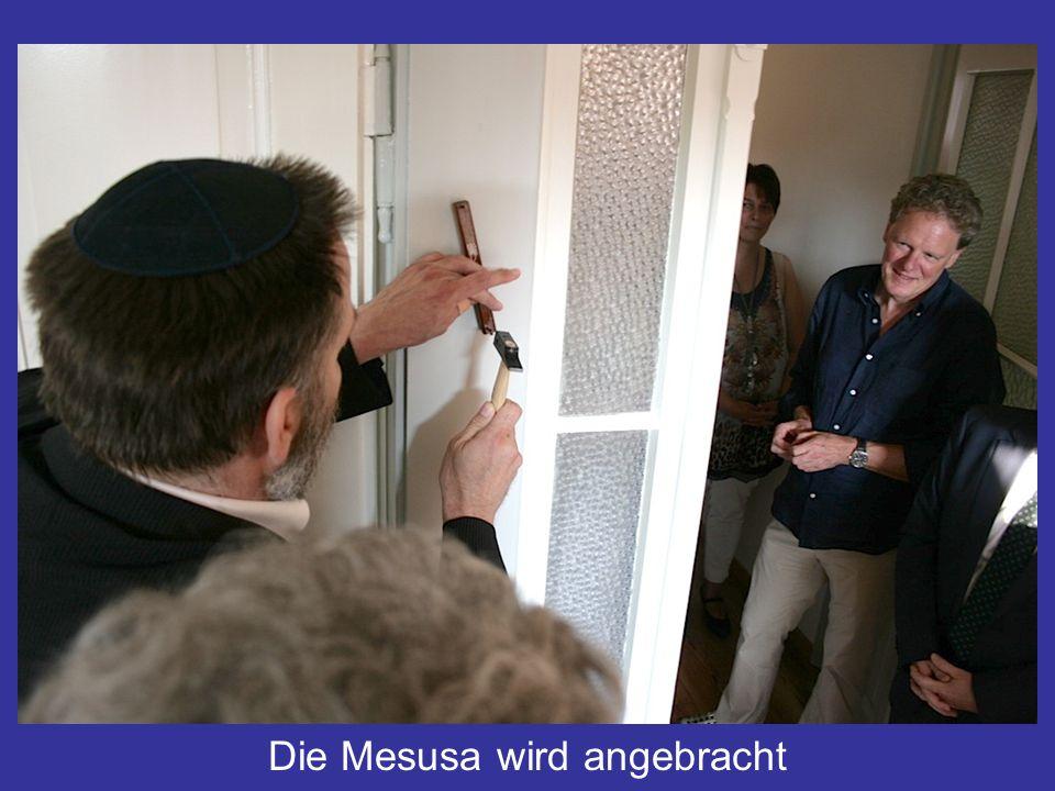 Anbringung der Mesusa Die Mesusa wird angebracht