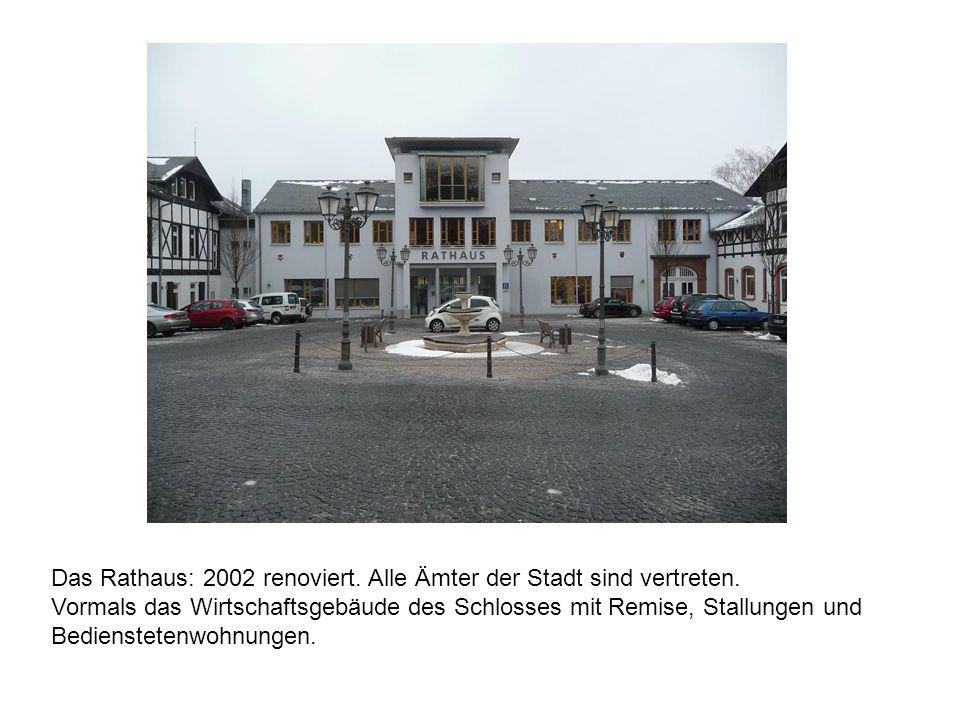 Das Rathaus: 2002 renoviert. Alle Ämter der Stadt sind vertreten. Vormals das Wirtschaftsgebäude des Schlosses mit Remise, Stallungen und Bediensteten