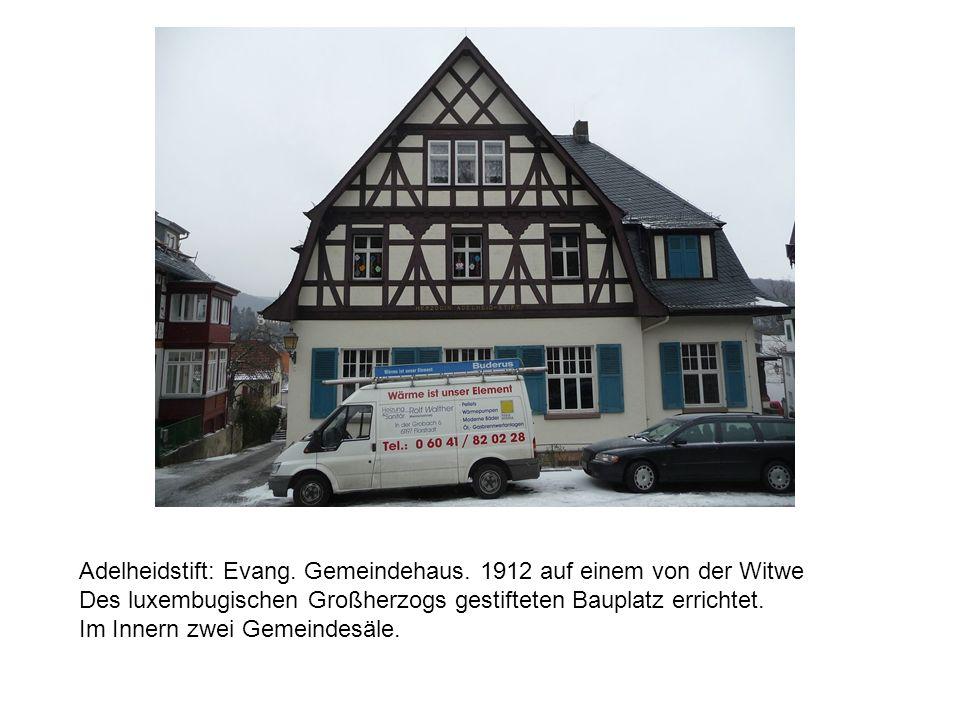 Adelheidstift: Evang. Gemeindehaus. 1912 auf einem von der Witwe Des luxembugischen Großherzogs gestifteten Bauplatz errichtet. Im Innern zwei Gemeind