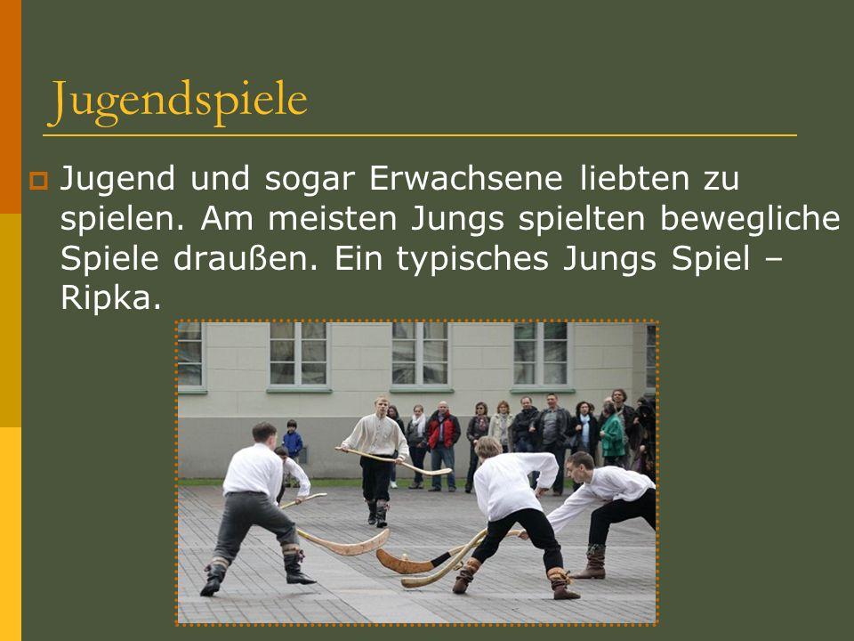 Jugendspiele Jugend und sogar Erwachsene liebten zu spielen. Am meisten Jungs spielten bewegliche Spiele draußen. Ein typisches Jungs Spiel – Ripka.
