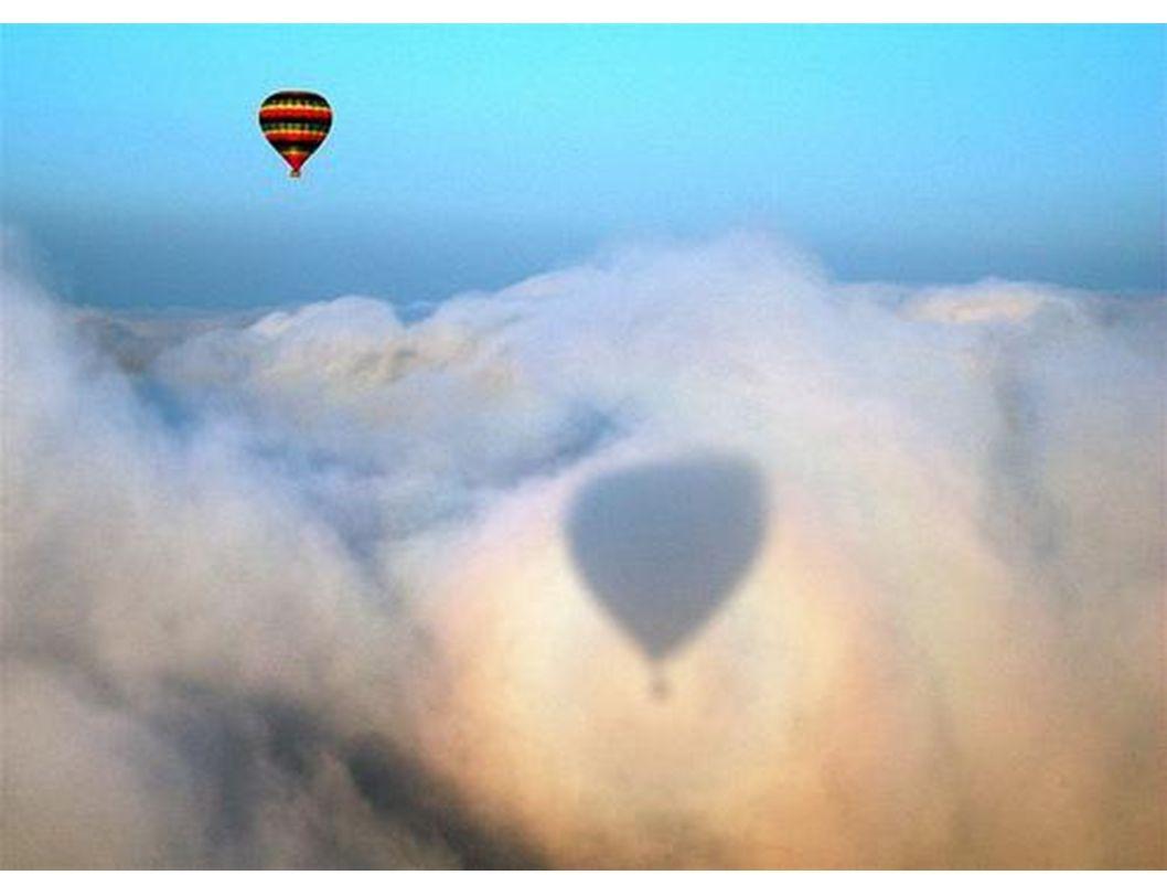 Ein Ballon mit Wolkenschatten.