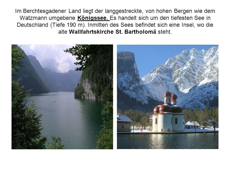 Im Berchtesgadener Land liegt der langgestreckte, von hohen Bergen wie dem Watzmann umgebene Königssee. Es handelt sich um den tiefesten See in Deutsc
