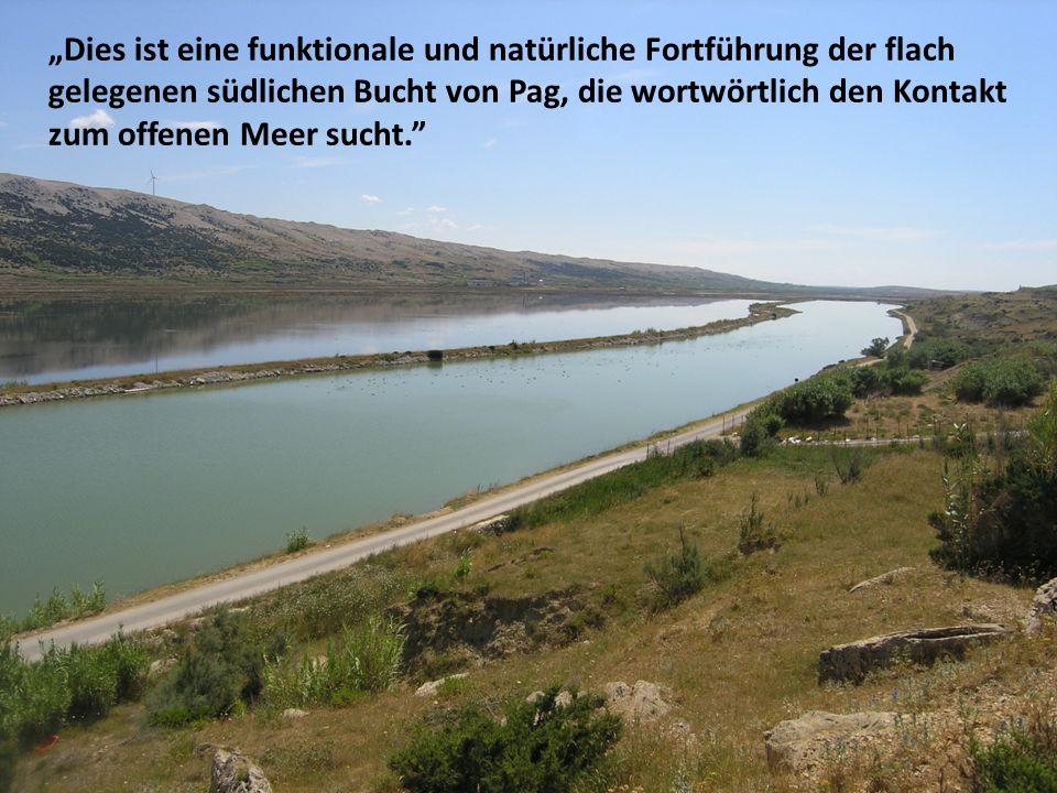 Ökologische Faktoren des Baus und der Kanalnutzung Die bereits durchgeführten Forschungen haben deutlich bewiesen, dass die Kanalnutzung die Beschaffenheit und Qualität von Gewässern und Grundwasser sowie vom Erdboden um den Kanal nicht beeinträchtigt Was das Meer betrifft, bei Durchführung aller Schutzmaßnahmen während der Kanalnutzung wird eine Verringerung möglicher Verschmutzungsinfiltration von Grundwasser und Gewässern auf dem Gebiet erwartet, sogar eine leichte Verbesserung im Gegensatz zu heute Während des Kanalbaus wird eine spezielle Ausrüstung durch besondere Herangehensweisen an die Grabausführungen benutzt, um alle Einflüsse auf die Saline und die Stadt komplett zu annullieren