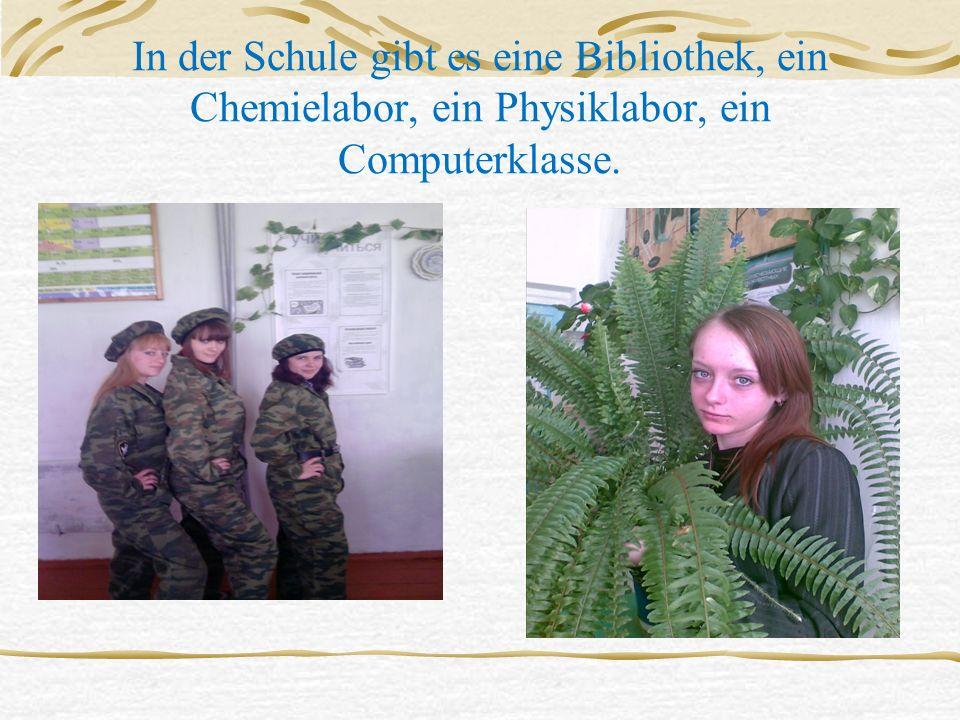 In der Schule gibt es eine Bibliothek, ein Chemielabor, ein Physiklabor, ein Computerklasse.