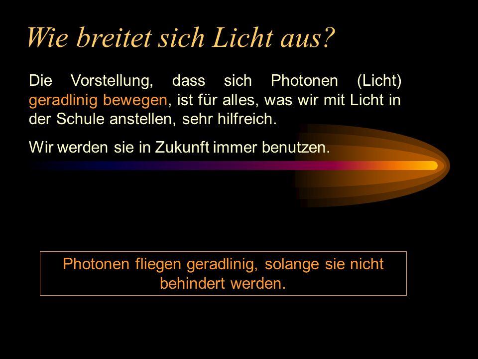 Wie breitet sich Licht aus? Die Vorstellung, dass sich Photonen (Licht) geradlinig bewegen, ist für alles, was wir mit Licht in der Schule anstellen,