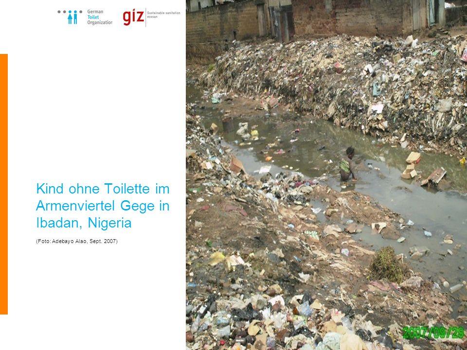 German Toilet Organization e.V. Kind ohne Toilette im Armenviertel Gege in Ibadan, Nigeria (Foto: Adebayo Alao, Sept. 2007)