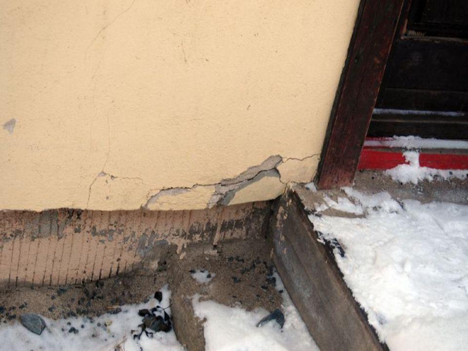 Dann wurde Die Fassade grundiert und der Giebel mit einer Mischung von Bläueschutz und Terpentin behandelt.