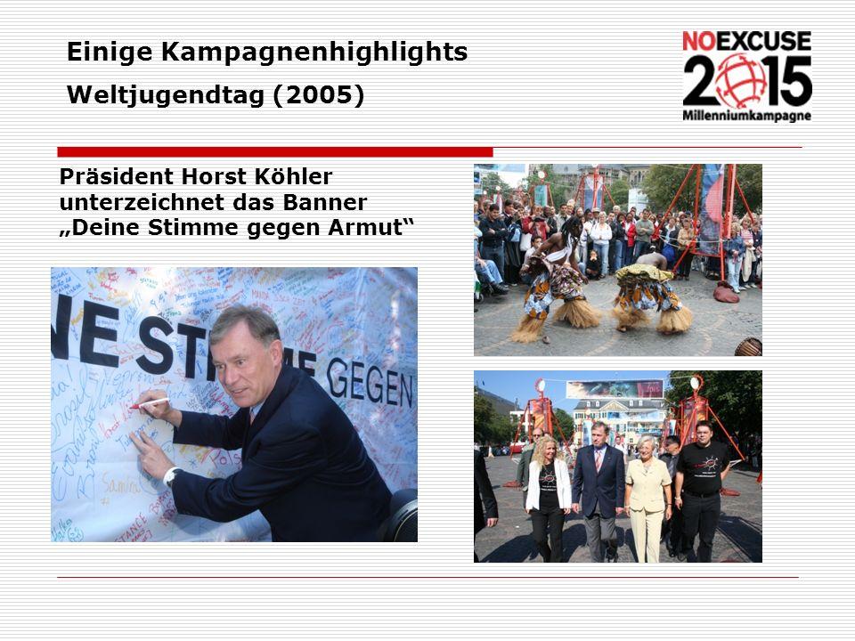 Präsident Horst Köhler unterzeichnet das Banner Deine Stimme gegen Armut Einige Kampagnenhighlights Weltjugendtag (2005)