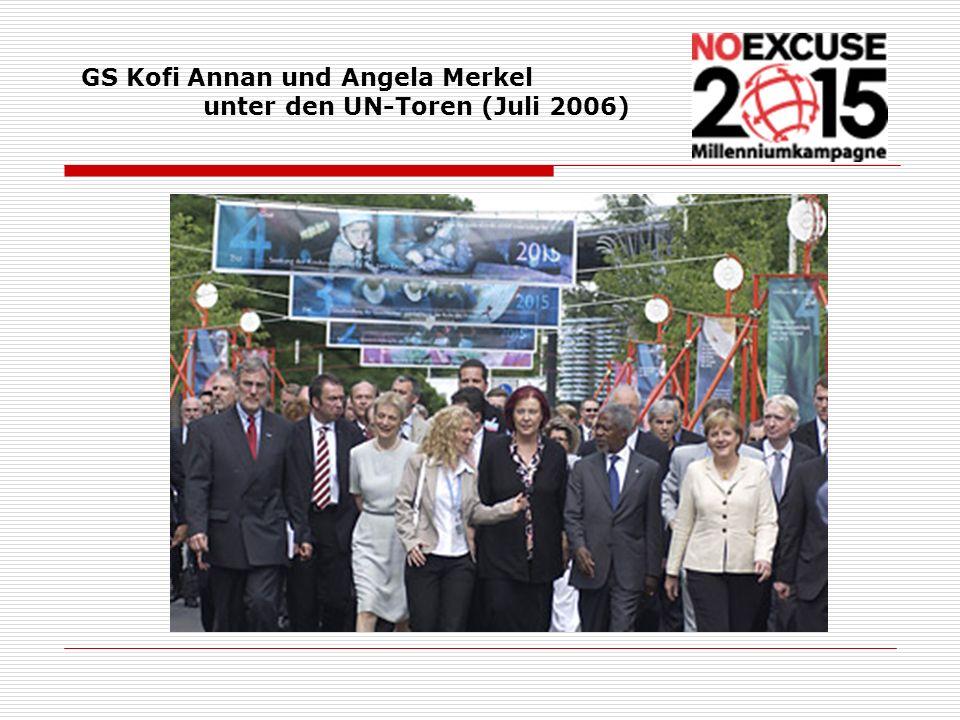 GS Kofi Annan und Angela Merkel unter den UN-Toren (Juli 2006)