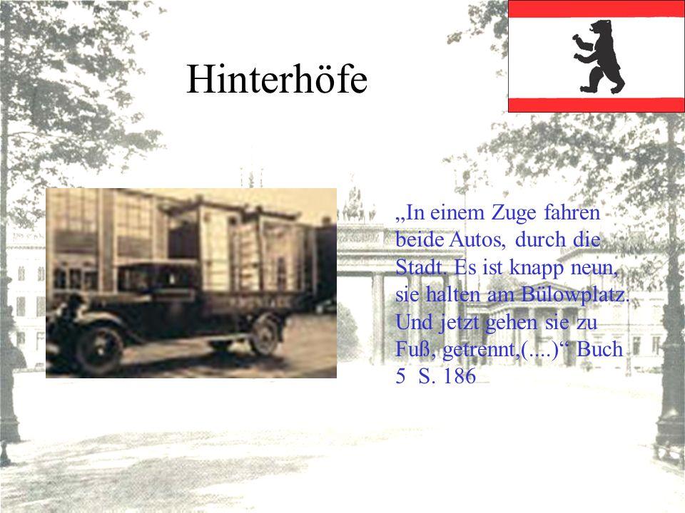 Hinterhöfe In einem Zuge fahren beide Autos, durch die Stadt. Es ist knapp neun, sie halten am Bülowplatz. Und jetzt gehen sie zu Fuß, getrennt,(....)