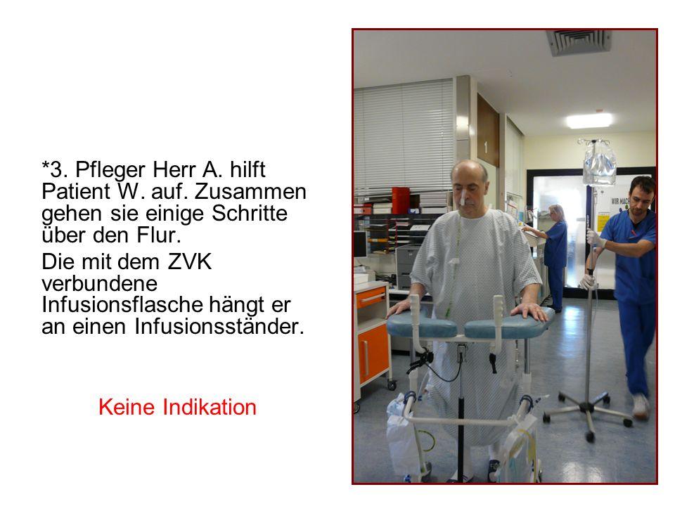 *3. Pfleger Herr A. hilft Patient W. auf. Zusammen gehen sie einige Schritte über den Flur. Die mit dem ZVK verbundene Infusionsflasche hängt er an ei