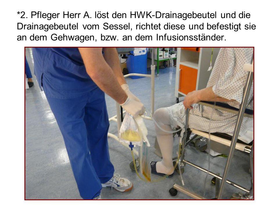 *2. Pfleger Herr A. löst den HWK-Drainagebeutel und die Drainagebeutel vom Sessel, richtet diese und befestigt sie an dem Gehwagen, bzw. an dem Infusi
