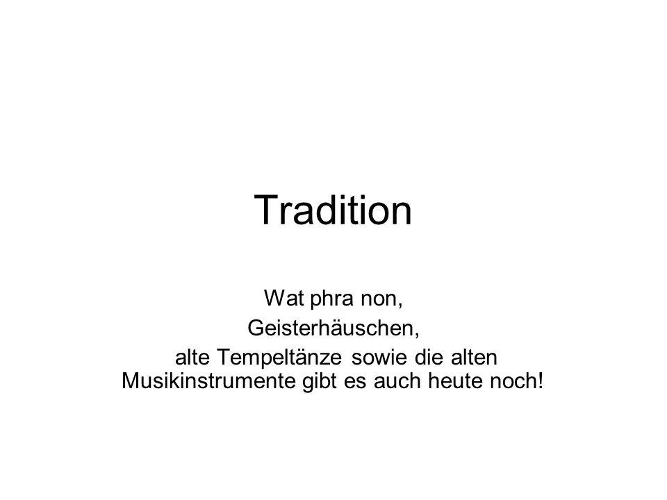 Tradition Wat phra non, Geisterhäuschen, alte Tempeltänze sowie die alten Musikinstrumente gibt es auch heute noch!