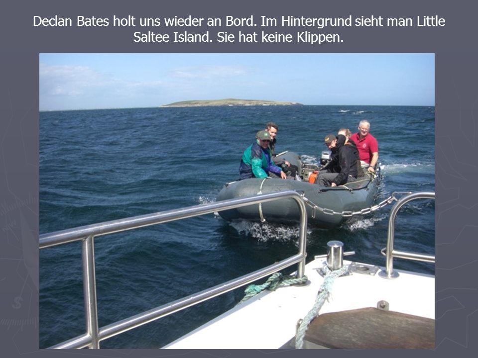 Declan Bates holt uns wieder an Bord. Im Hintergrund sieht man Little Saltee Island.
