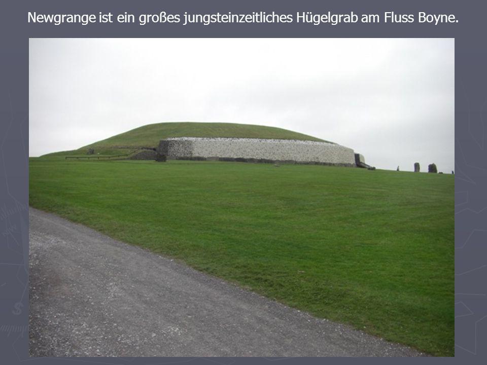 Newgrange ist ein großes jungsteinzeitliches Hügelgrab am Fluss Boyne.