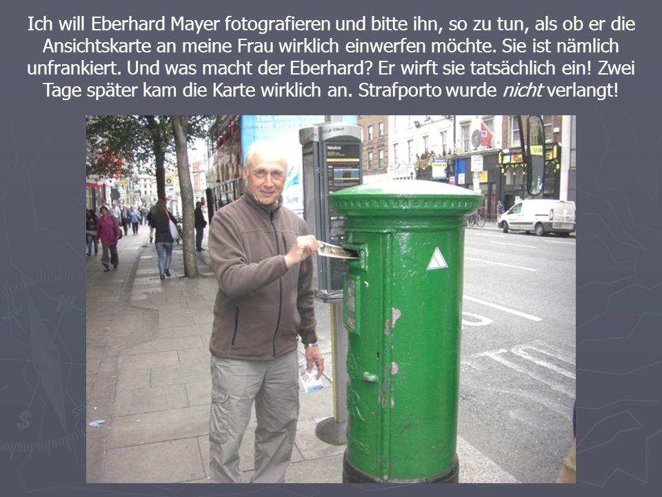 Ich will Eberhard Mayer fotografieren und bitte ihn, so zu tun, als ob er die Ansichtskarte an meine Frau wirklich einwerfen möchte.