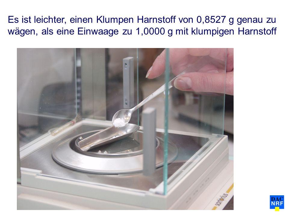 Es ist leichter, einen Klumpen Harnstoff von 0,8527 g genau zu wägen, als eine Einwaage zu 1,0000 g mit klumpigen Harnstoff