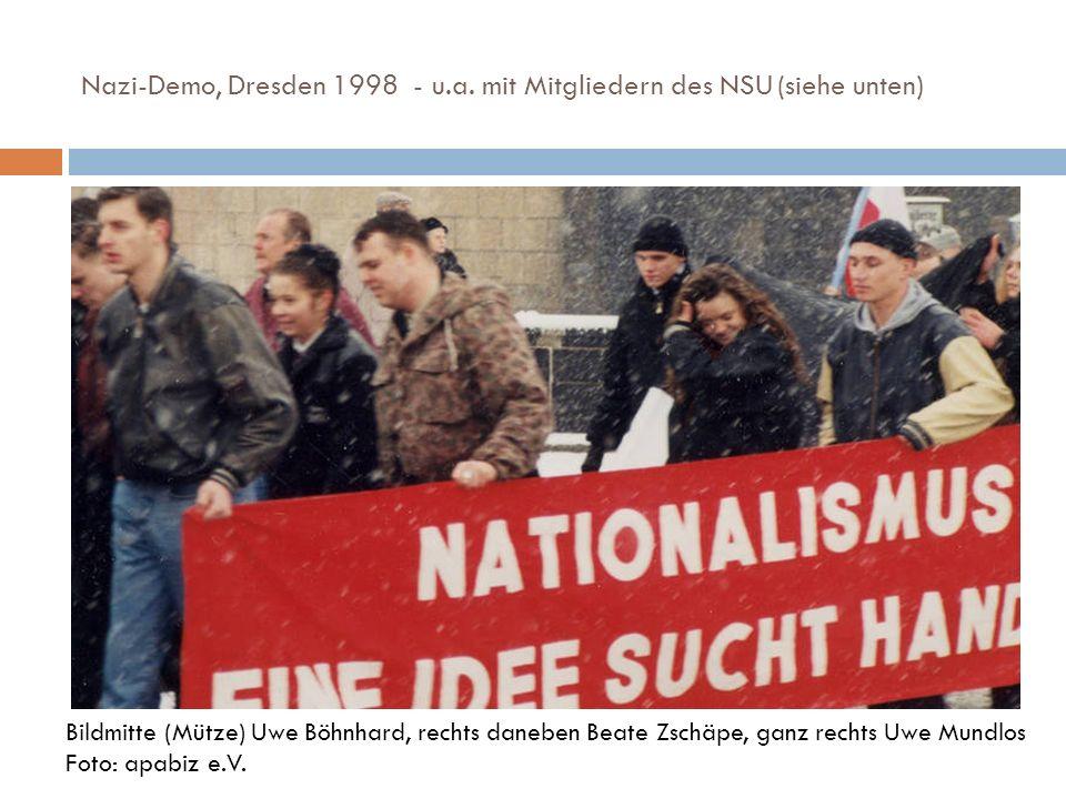 Nazi-Demo, Dresden 1998 - u.a. mit Mitgliedern des NSU (siehe unten) Bildmitte (Mütze) Uwe Böhnhard, rechts daneben Beate Zschäpe, ganz rechts Uwe Mun