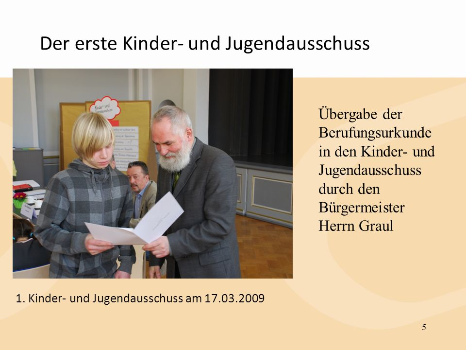 Der erste Kinder- und Jugendausschuss 5 Übergabe der Berufungsurkunde in den Kinder- und Jugendausschuss durch den Bürgermeister Herrn Graul 1. Kinder