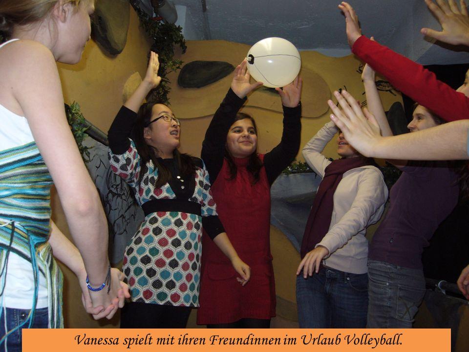Vanessa spielt mit ihren Freundinnen im Urlaub Volleyball.