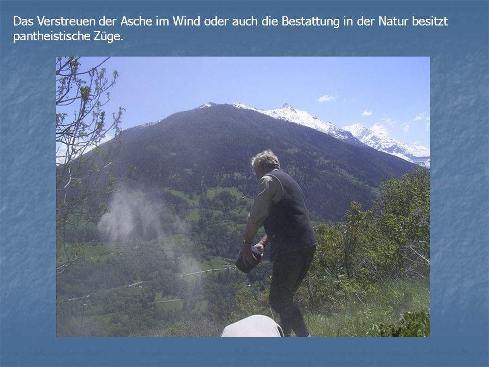 Das Verstreuen der Asche im Wind oder auch die Bestattung in der Natur besitzt pantheistische Züge.