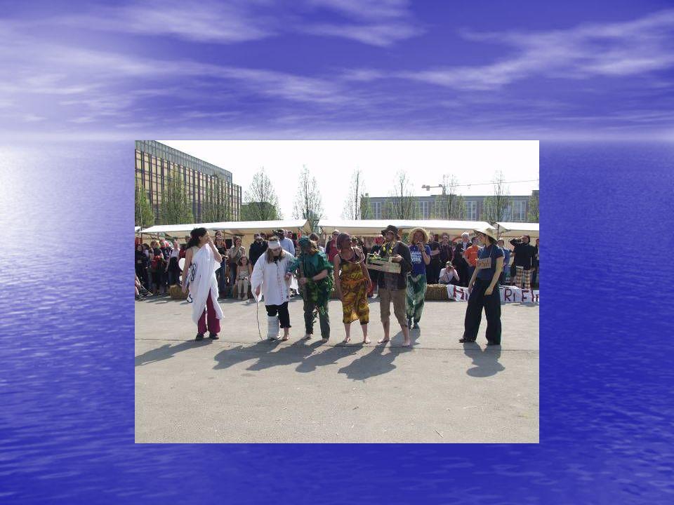 Szene zur Eröffnung Absingen der Hymne: FCFH: Money, money, money HL05: Wir haben Hunger, Hunger, Hunger Kreis des FCFH mit Schiri (WTO) einseitige Absprachen des Rahmens Anpfiff