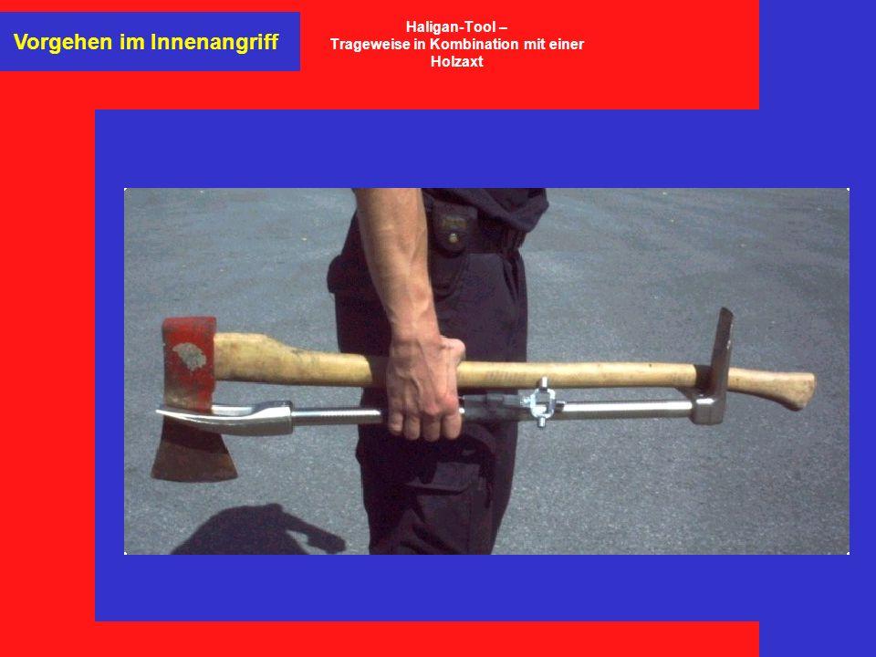 Vorgehen im Innenangriff Haligan-Tool – Trageweise in Kombination mit einer Holzaxt