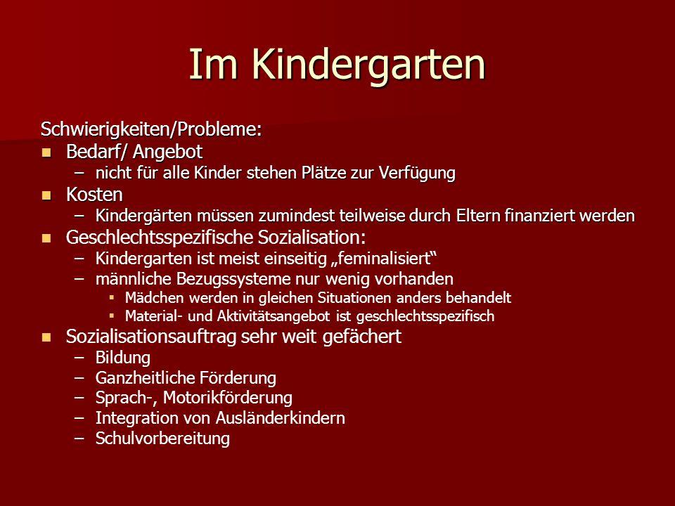 Im Kindergarten Schwierigkeiten/Probleme: Bedarf/ Angebot Bedarf/ Angebot –nicht für alle Kinder stehen Plätze zur Verfügung Kosten Kosten –Kindergärt