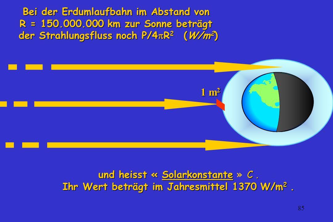 85 und heisst « Solarkonstante C. und heisst « Solarkonstante » C. Ihr Wert beträgt im Jahresmittel 1370 W/m 2. Bei der Erdumlaufbahn im Abstand von R