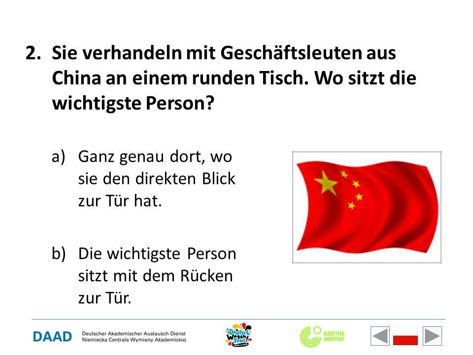 2.Sie verhandeln mit Geschäftsleuten aus China an einem runden Tisch.