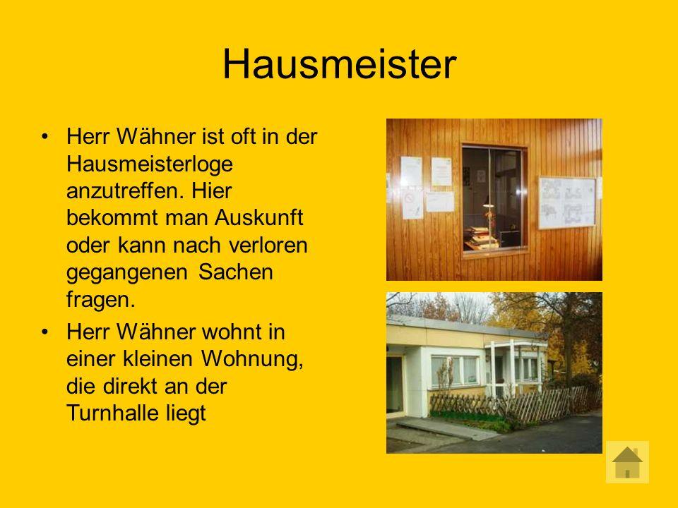 Hausmeister Herr Wähner ist oft in der Hausmeisterloge anzutreffen.