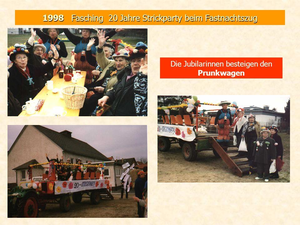 1998 Fasching 20 Jahre Strickparty beim Fastnachtszug Die Jubilarinnen besteigen den Prunkwagen