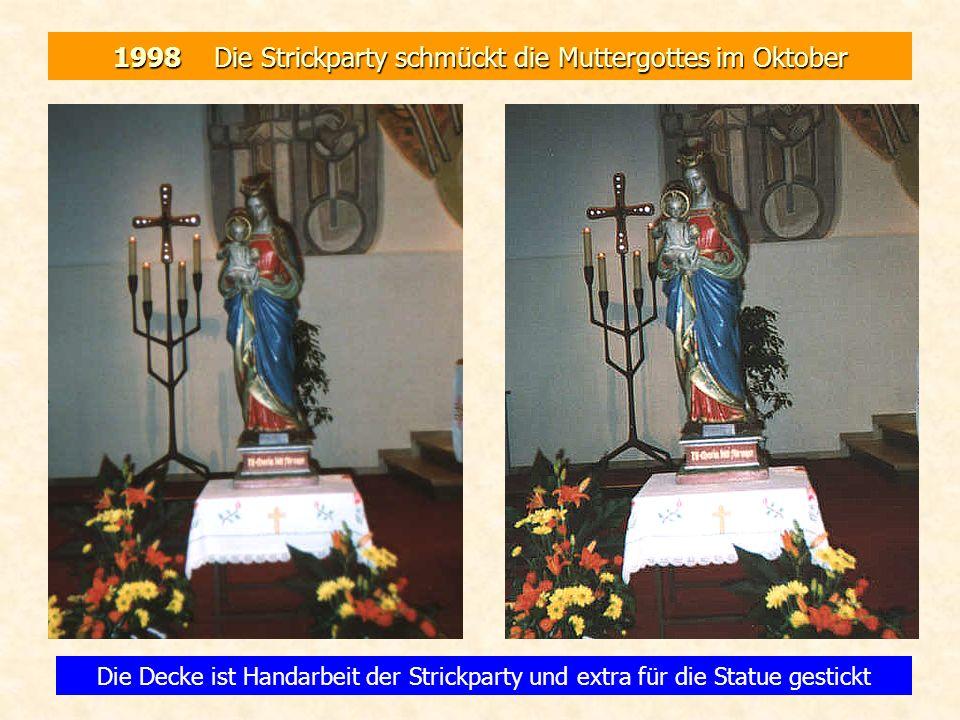 1998 Die Strickparty schmückt die Muttergottes im Oktober Die Decke ist Handarbeit der Strickparty und extra für die Statue gestickt