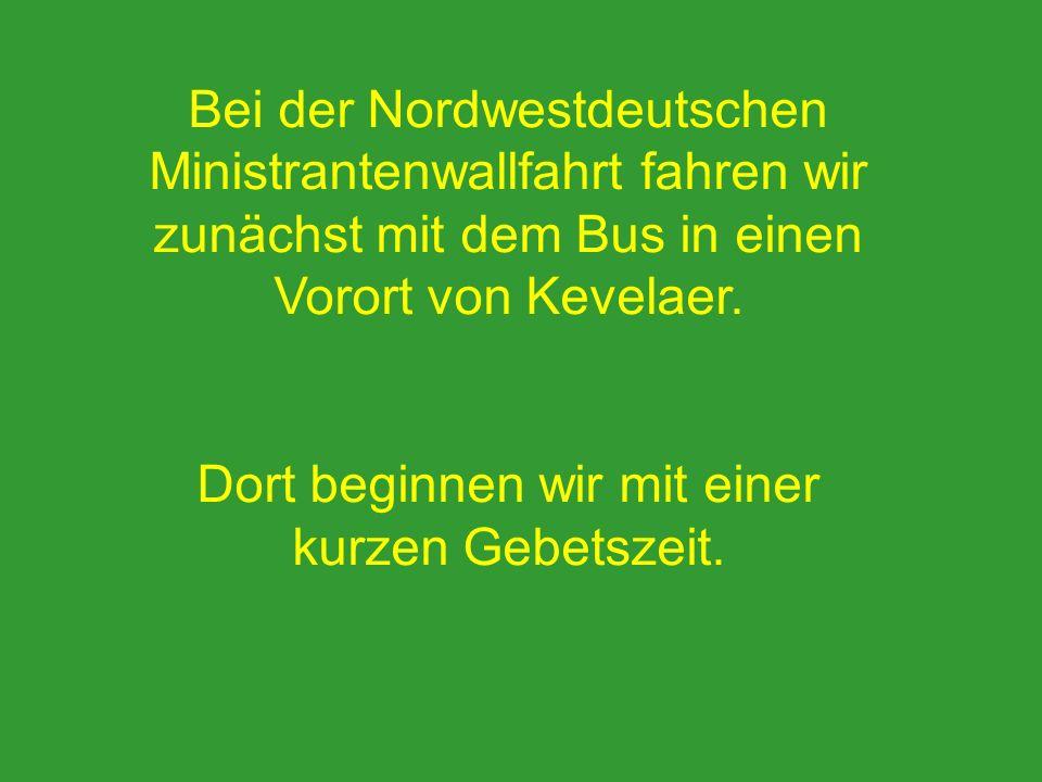 Bei der Nordwestdeutschen Ministrantenwallfahrt fahren wir zunächst mit dem Bus in einen Vorort von Kevelaer. Dort beginnen wir mit einer kurzen Gebet