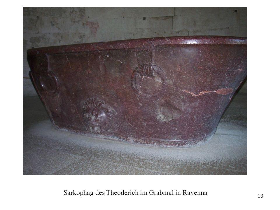 16 Sarkophag des Theoderich im Grabmal in Ravenna