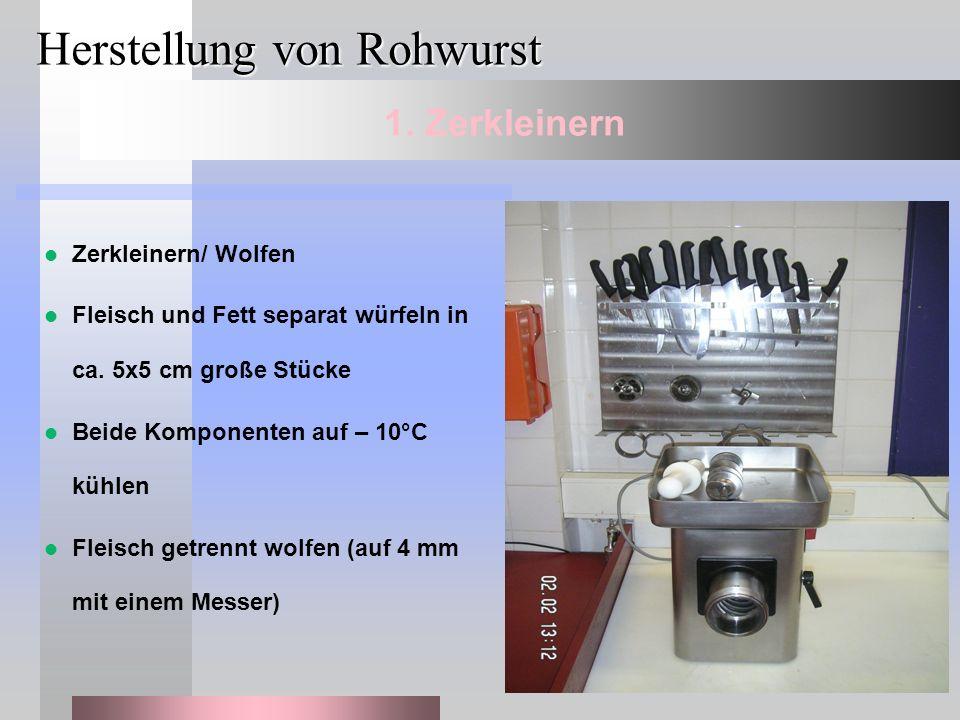 Herstellung von Rohwurst Zerkleinern/ Wolfen Fleisch und Fett separat würfeln in ca. 5x5 cm große Stücke Beide Komponenten auf – 10°C kühlen Fleisch g