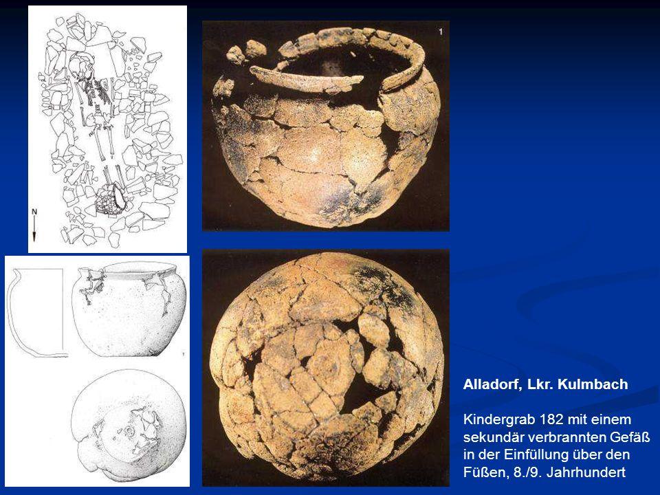 Alladorf, Lkr. Kulmbach Kindergrab 182 mit einem sekundär verbrannten Gefäß in der Einfüllung über den Füßen, 8./9. Jahrhundert